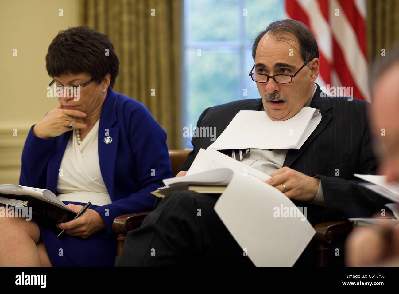 Senior Berater Valerie Jarrett und David Axelrod hören bei einem Treffen mit Präsident Obama und das Wirtschaftsteam Stockbild