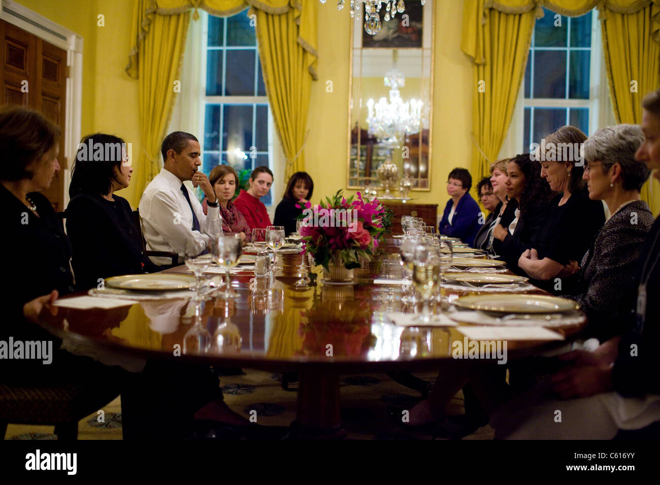 Präsident Obama besucht eine Frauen Abendessen mit Mitarbeitern in der alten Familie Dining Room des weißen Stockbild