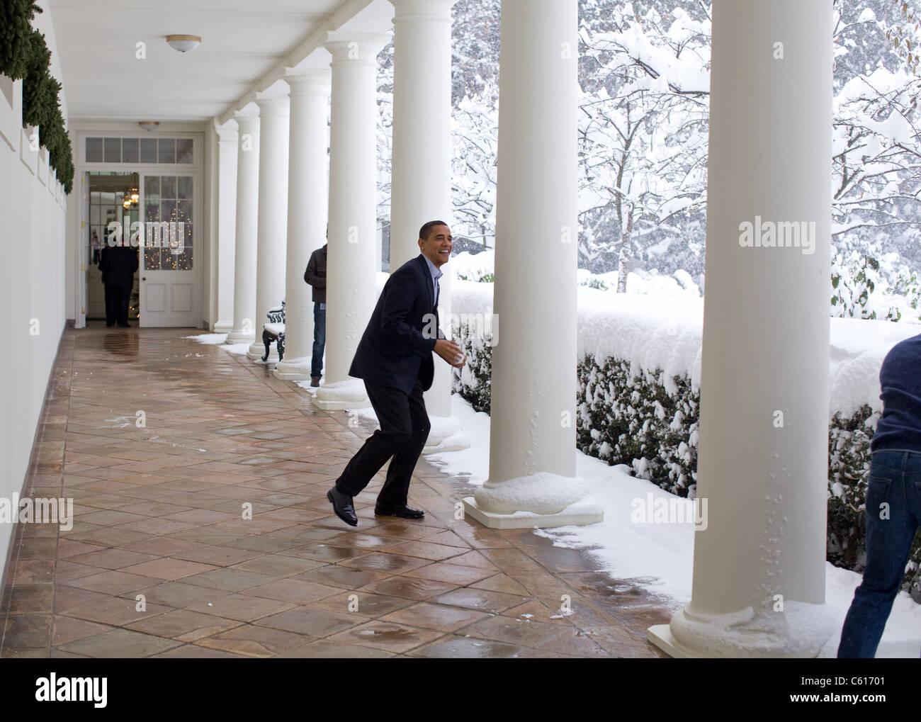 Präsident Obama in einen Schneeball kämpfen mit Stabschef Rahm Emanuel auf der Westflügel Kolonnade. Stockbild
