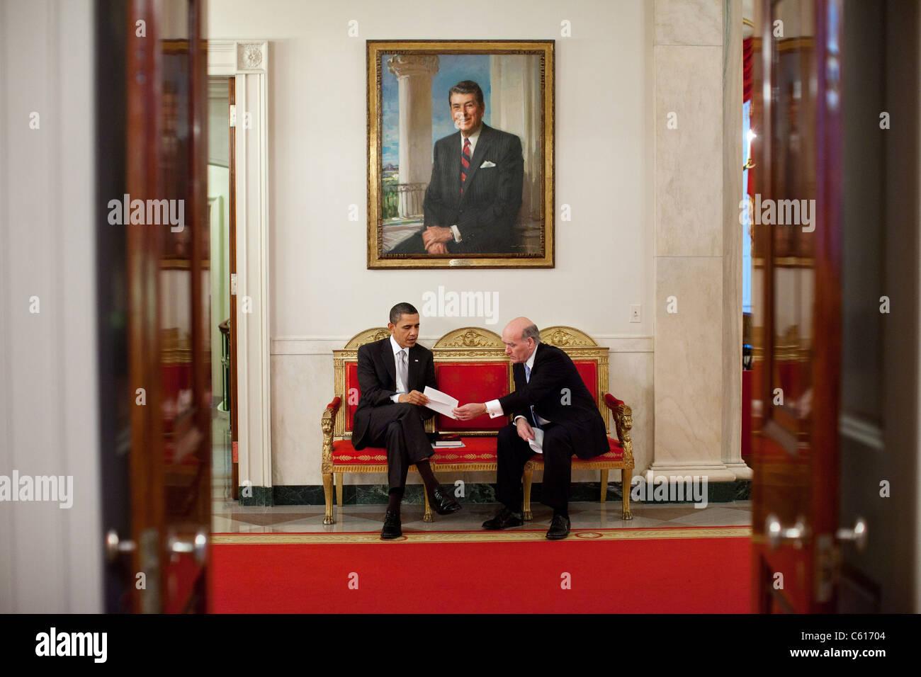Präsident Obama spricht mit seiner neuen Stabschef Bill Daley im Weißen Haus unter einem Porträt Stockbild