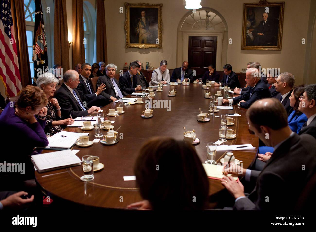 Präsident Obama und VP Biden den Vorsitz einer Kabinettssitzung zwei Tage nach den Zwischenwahlen. 4. November Stockbild