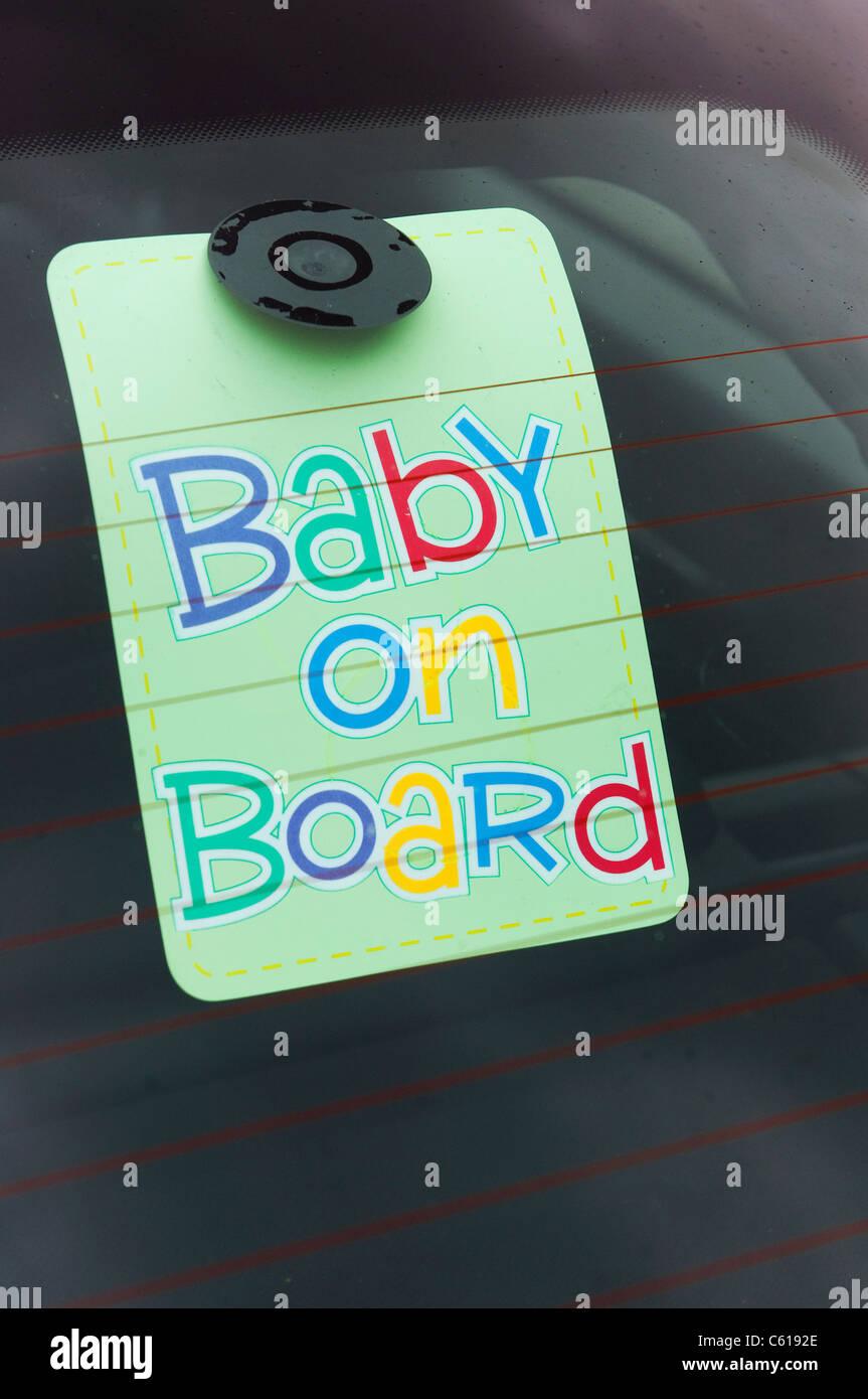 Baby on Board Zeichen auf der Rückseite ein Autofenster. Stockfoto