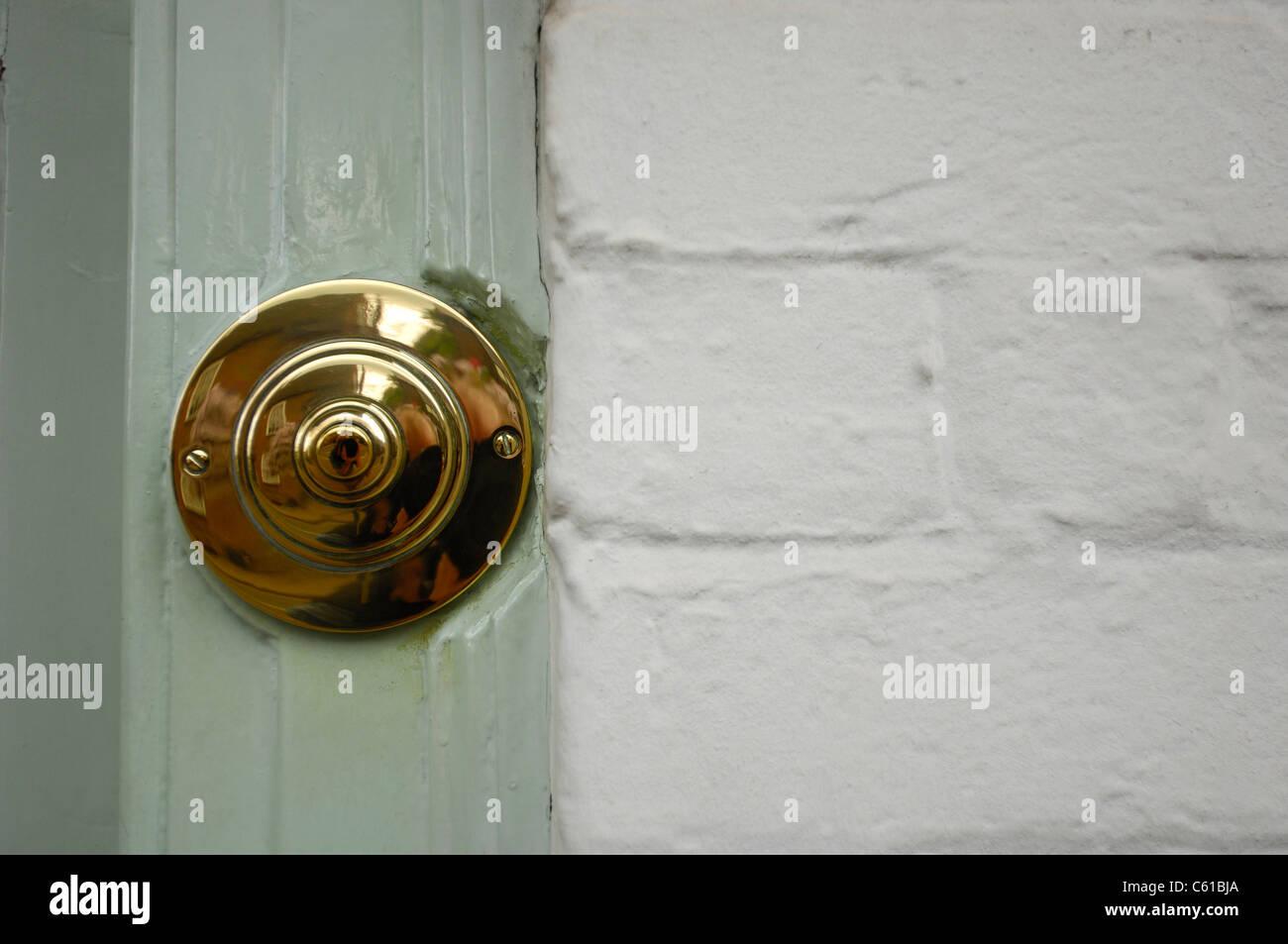 Messing Tür Glocke Taster an einem hölzernen Türrahmen gegen eine ...