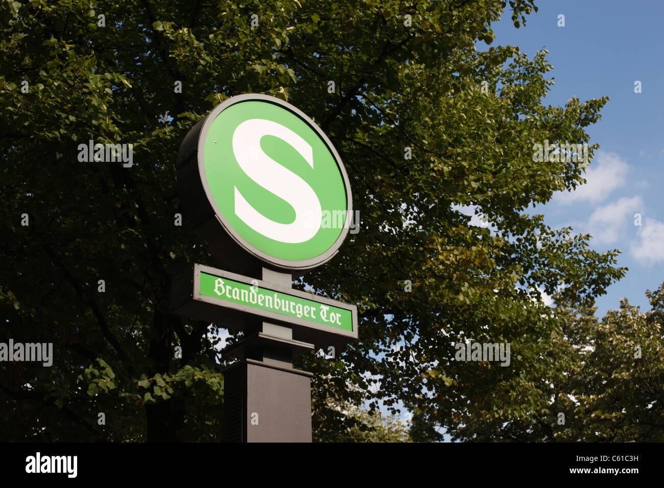 S-Bahn Station Zeichen für Brandenburger Tor in Berlin, Deutschland. Stockbild