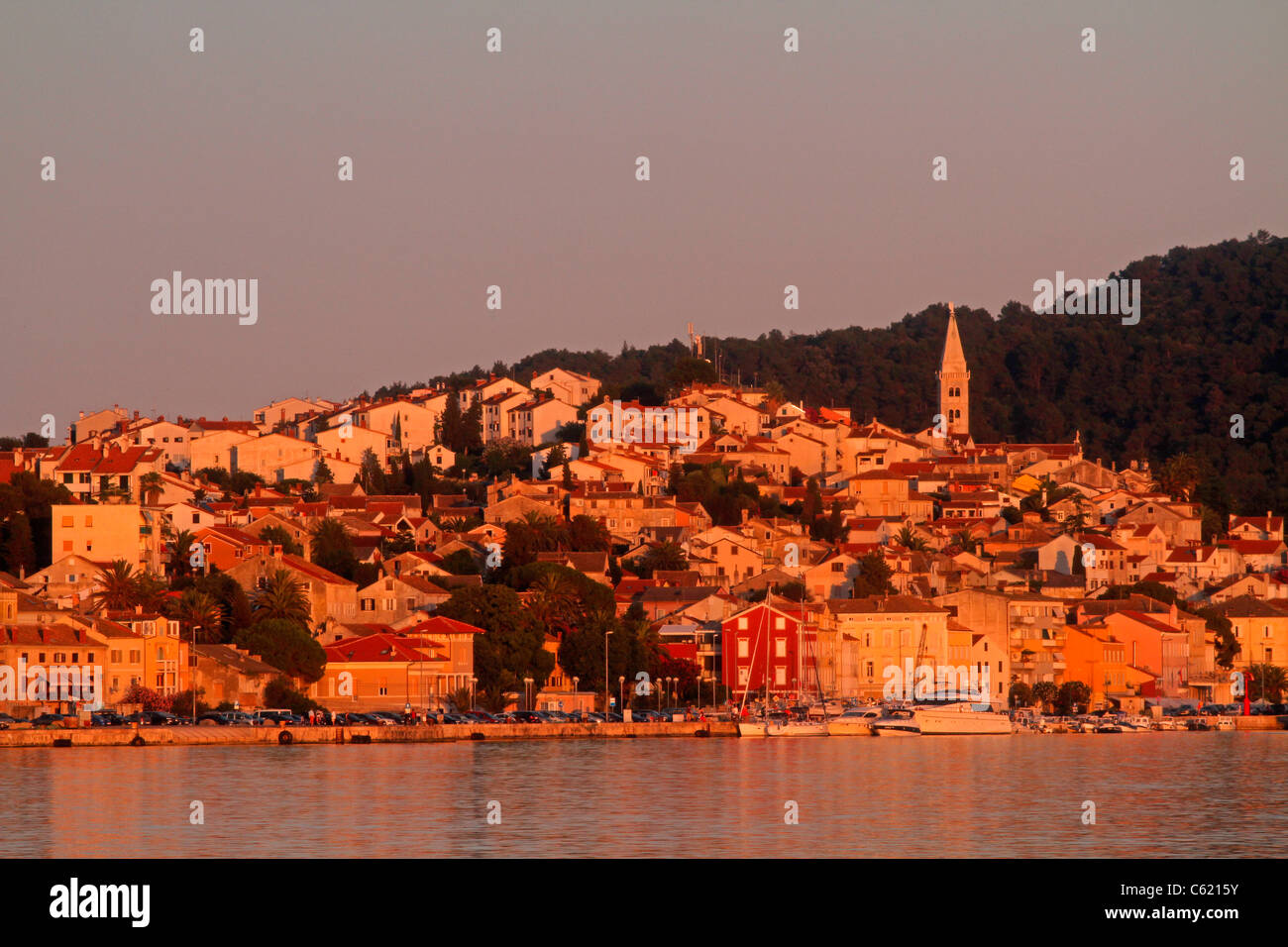 Mali Lo?inj bei Sonnenuntergang, Lo?inj-Insel in der Adria, Kroatien Stockbild
