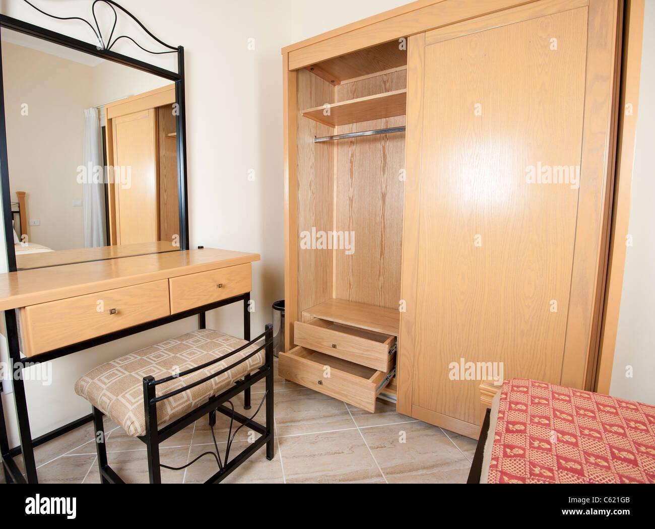 Interior design schminktisch mit spiegel und garderobe in einem schlafzimmer stockfoto bild - Schlafzimmer mit schminktisch ...