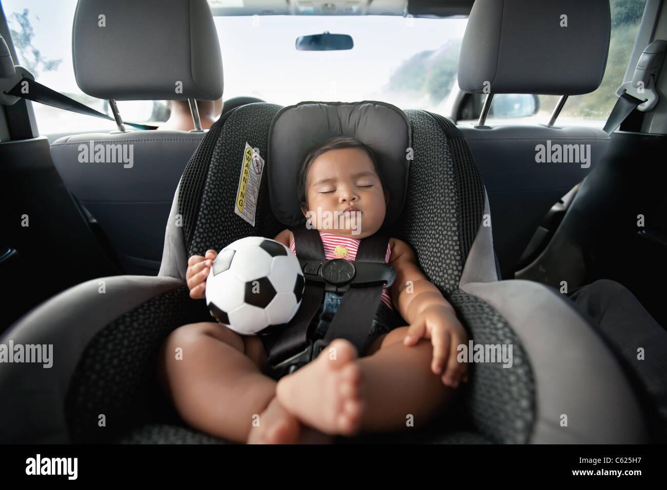 baby schlafen im auto sitz und h lt einen fu ball. Black Bedroom Furniture Sets. Home Design Ideas