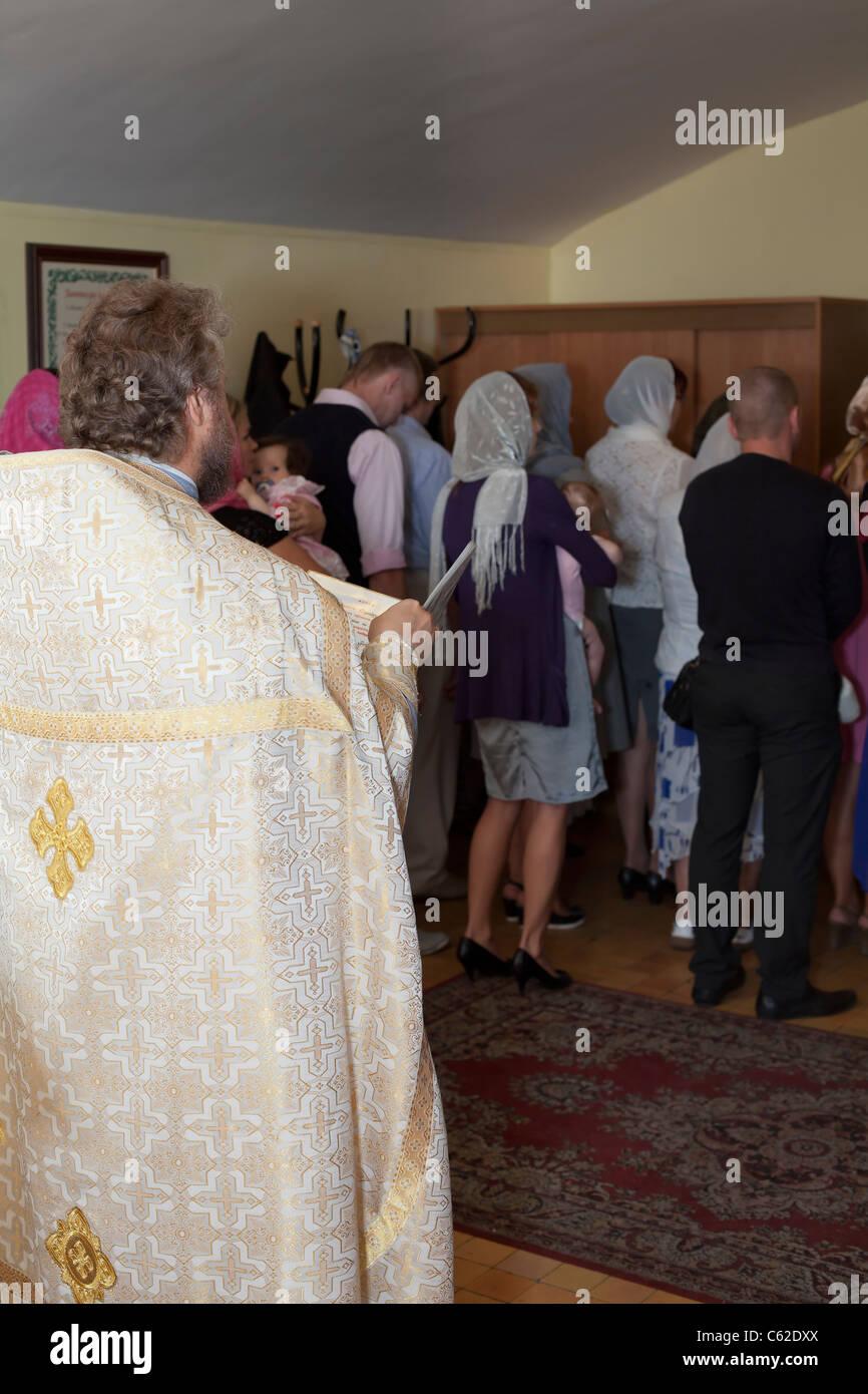 Taufe In Der Russisch Orthodoxen Kirche Priester Die Taufe