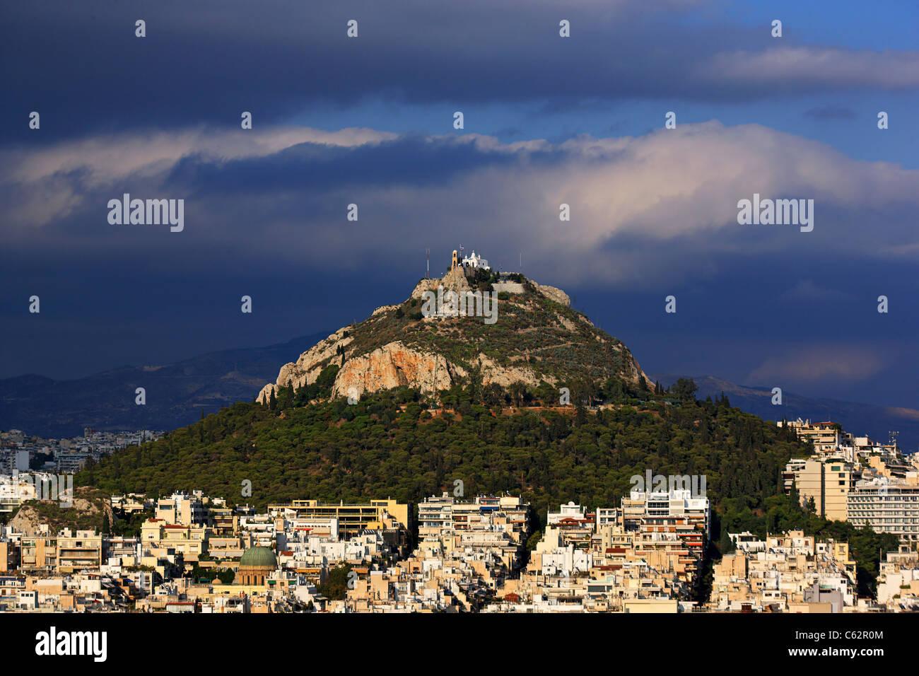 Lycabettus-Hügel, der höchste Berg von Athen und seine beste Sicht, mit der Kirche des Heiligen Georg Stockbild