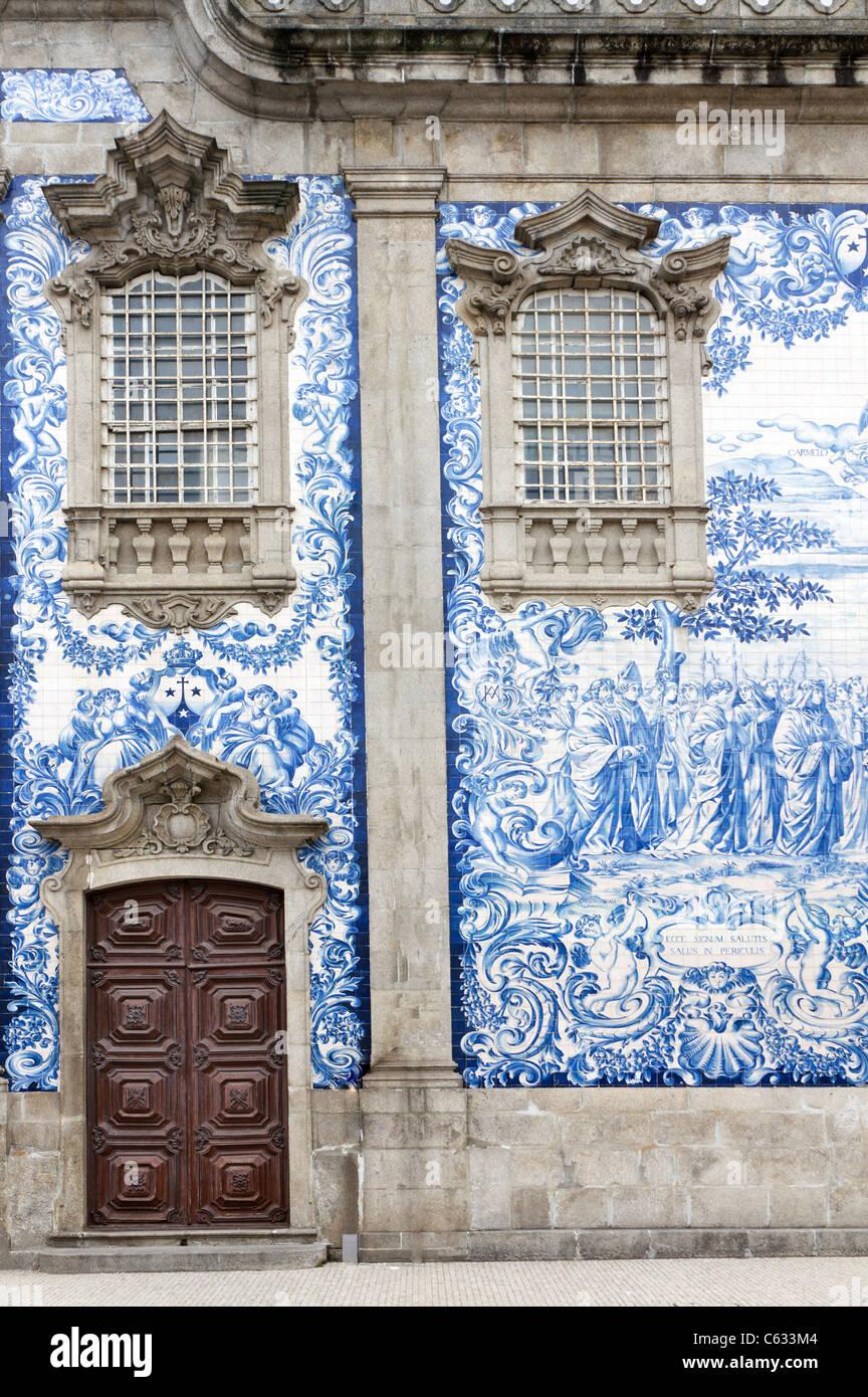 traditionelle historische fassade in porto verziert mit blauen handgemalten zinn glasierte. Black Bedroom Furniture Sets. Home Design Ideas