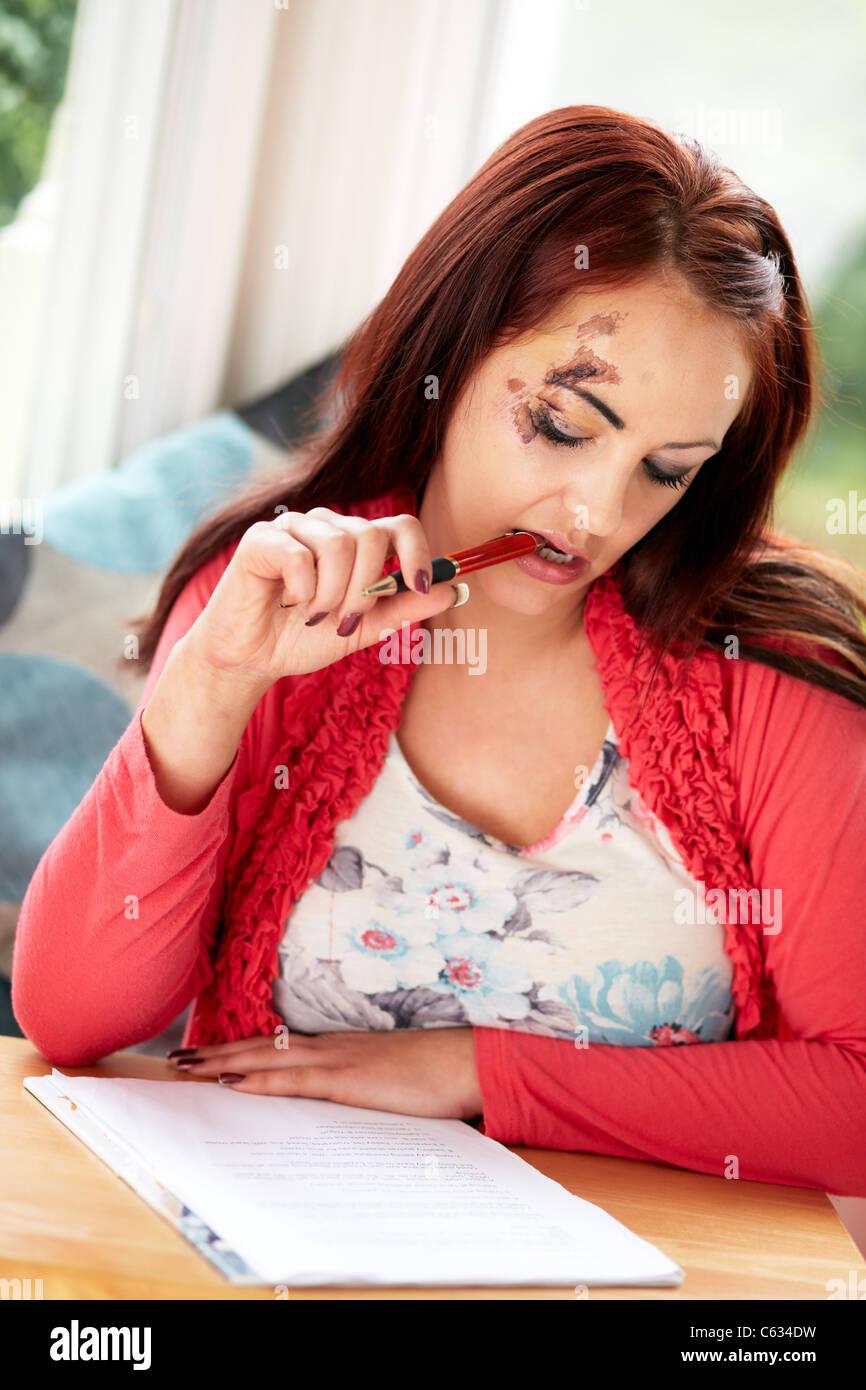 Frau Verletzungen Antragsformular ausfüllen Stockbild
