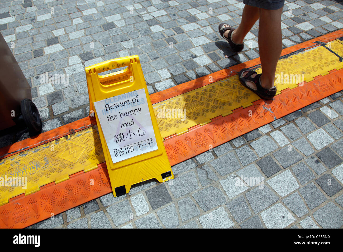 Hüten Sie sich vor der holprigen Straße Warnschild in Hong Kong, China Stockbild