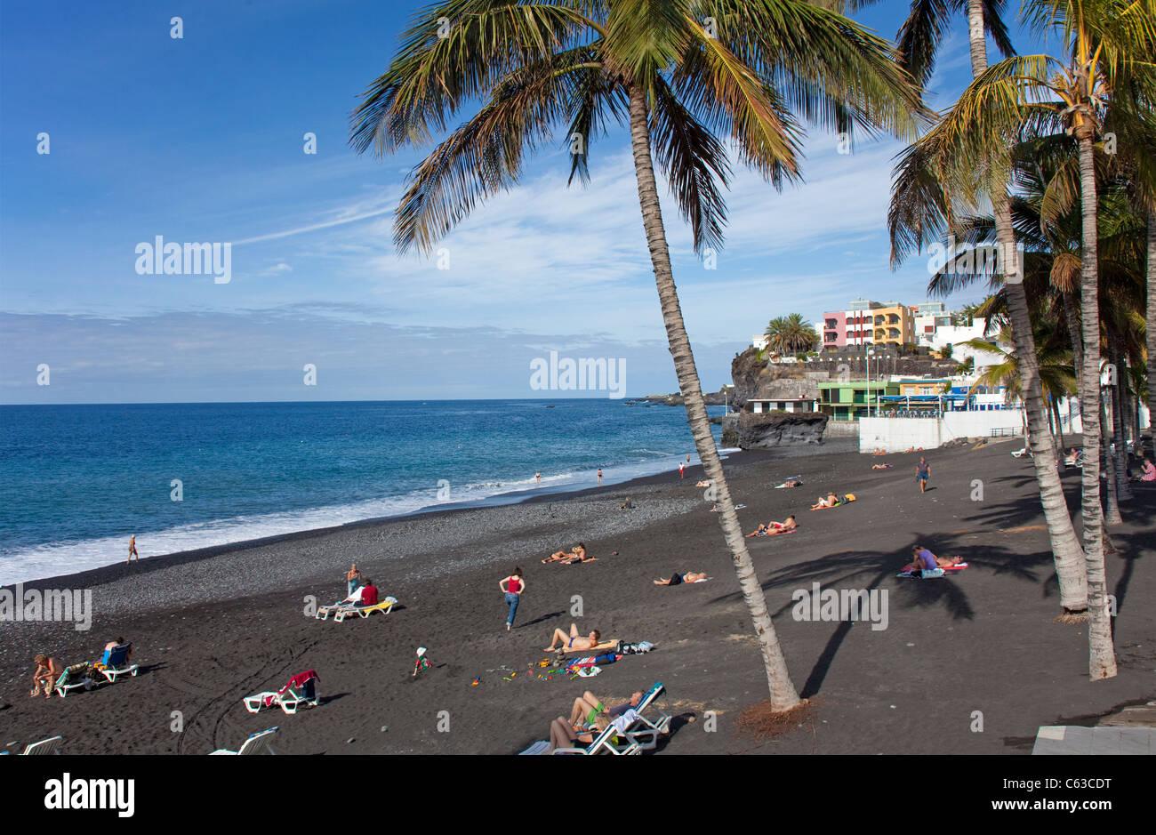 Menschen am Strand von Puerto Naos, La Palma, Kanarische Inseln, Spanien, Europa Stockbild