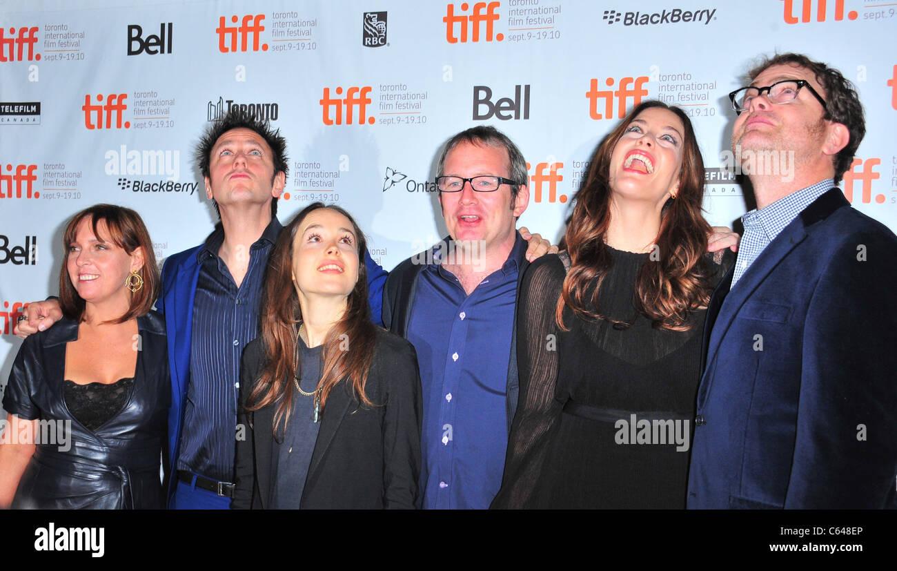 Ellen Page (3. von links), Liv Tyler (2. von rechts), Rainn Wilson (ganz rechts) bei der Ankunft für SUPER Stockbild