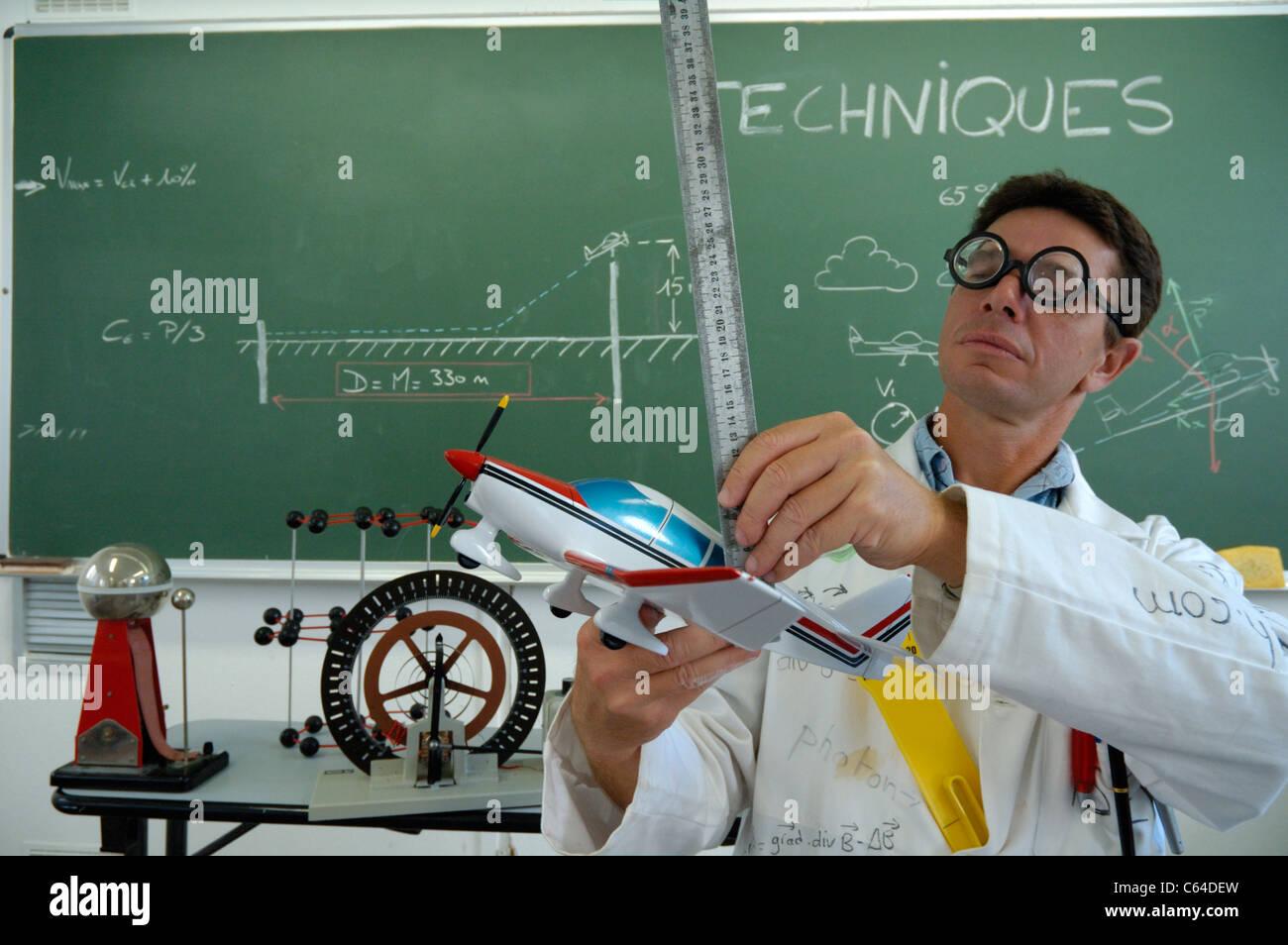 Lustige Lehrer Erklaren Motorflug Mit Modellflugzeug Stockfoto