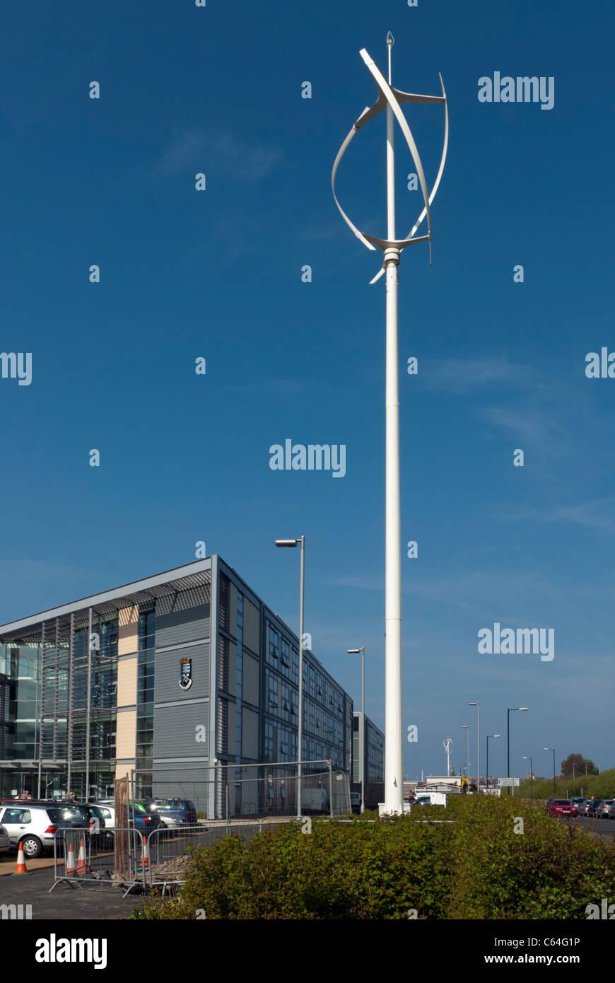Mikro-Erzeugung von Strom für Bürogebäude mit ästhetisch gestaltet Windkraftanlagen Stockbild