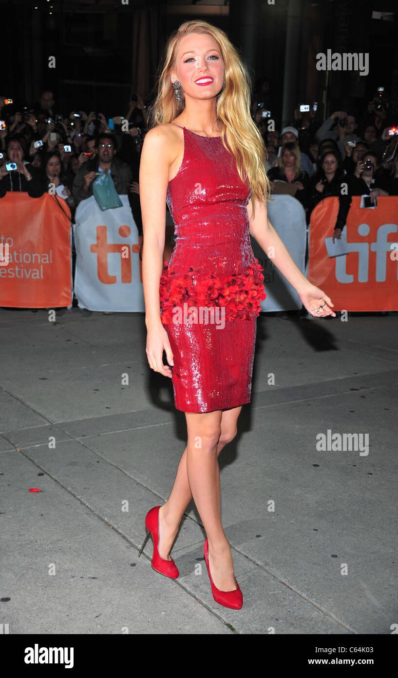 Blake Lively (trägt ein Kleid von Chanel und Louboutin Schuhe) bei ...