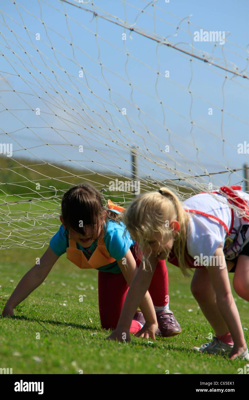 Hindernis-Parcours am Schulsporttag Stockbild