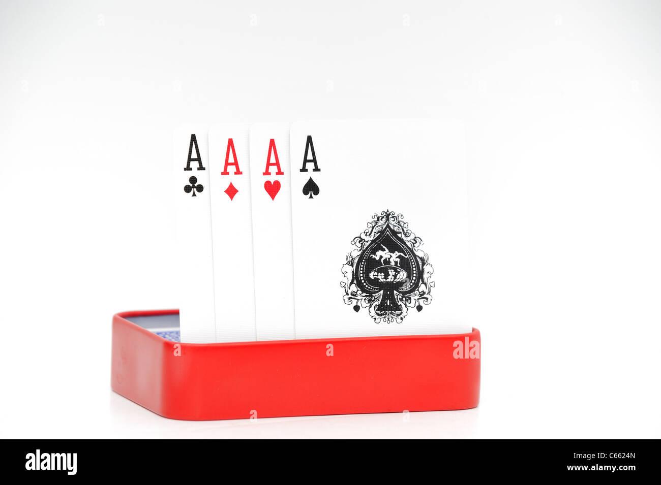 4 vier Asse in der roten Dose auf weißem Hintergrund Stockfoto
