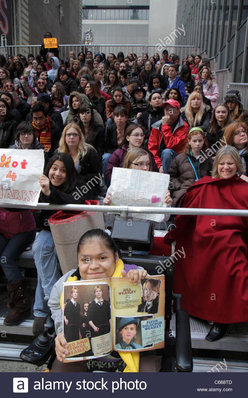 New York New York City NYC Midtown Manhattan 44th Street Harry Potter Red Carpet Event Eröffnung fans Menge Mädchen Stockfoto