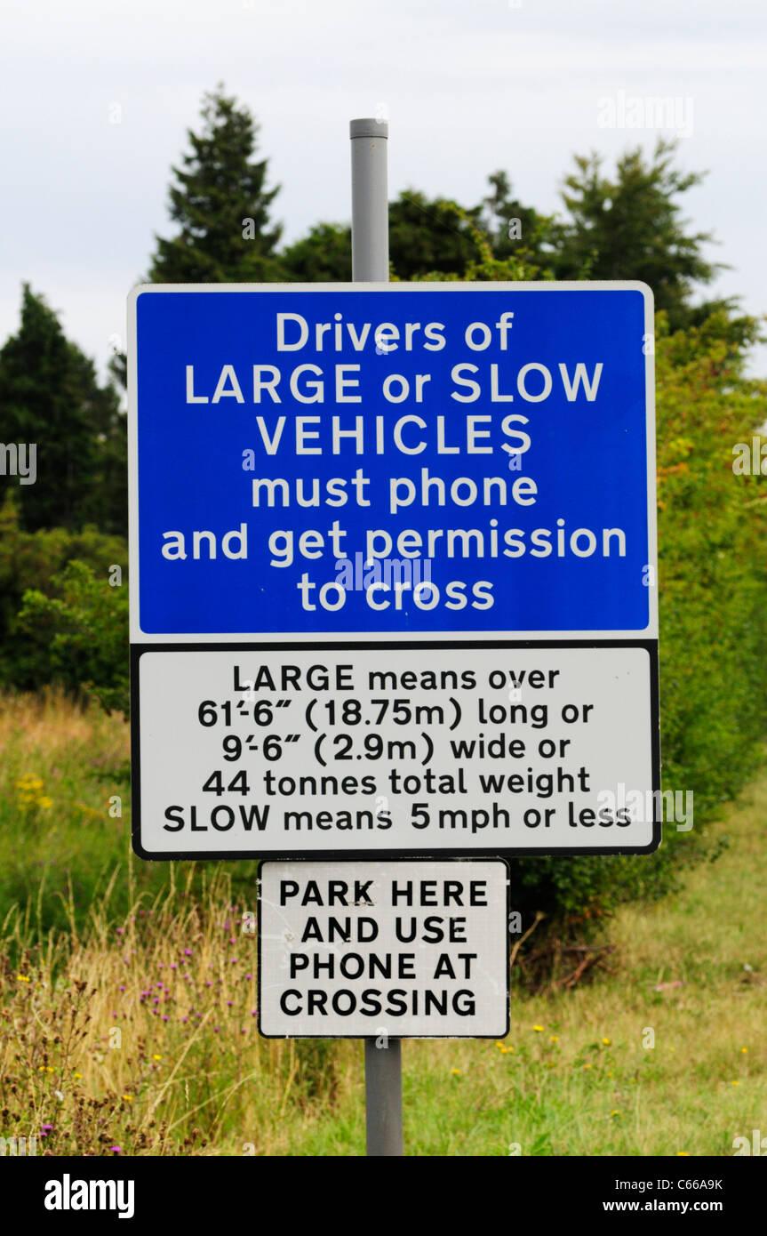 Bahnübergang Warnung für Fahrer von großen oder langsame Fahrzeuge, Shepreth, Cambridgeshire, England, Vereinigtes Stockfoto