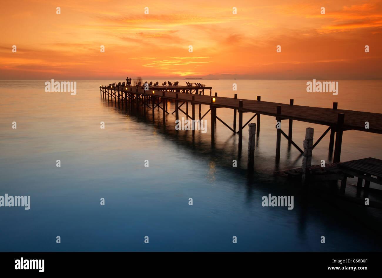 Steg am Sonnenuntergang St Kapalai Resort, Kapalai Insel Borneo, Malaysia Stockbild