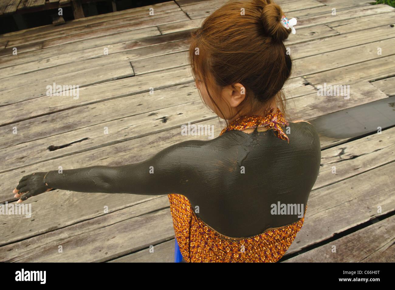 Thai Frau genießen eine Heilschlamm-Behandlung im Phu Liebenberg Schlamm Spa in Mae Hong Son, Thailand Stockbild