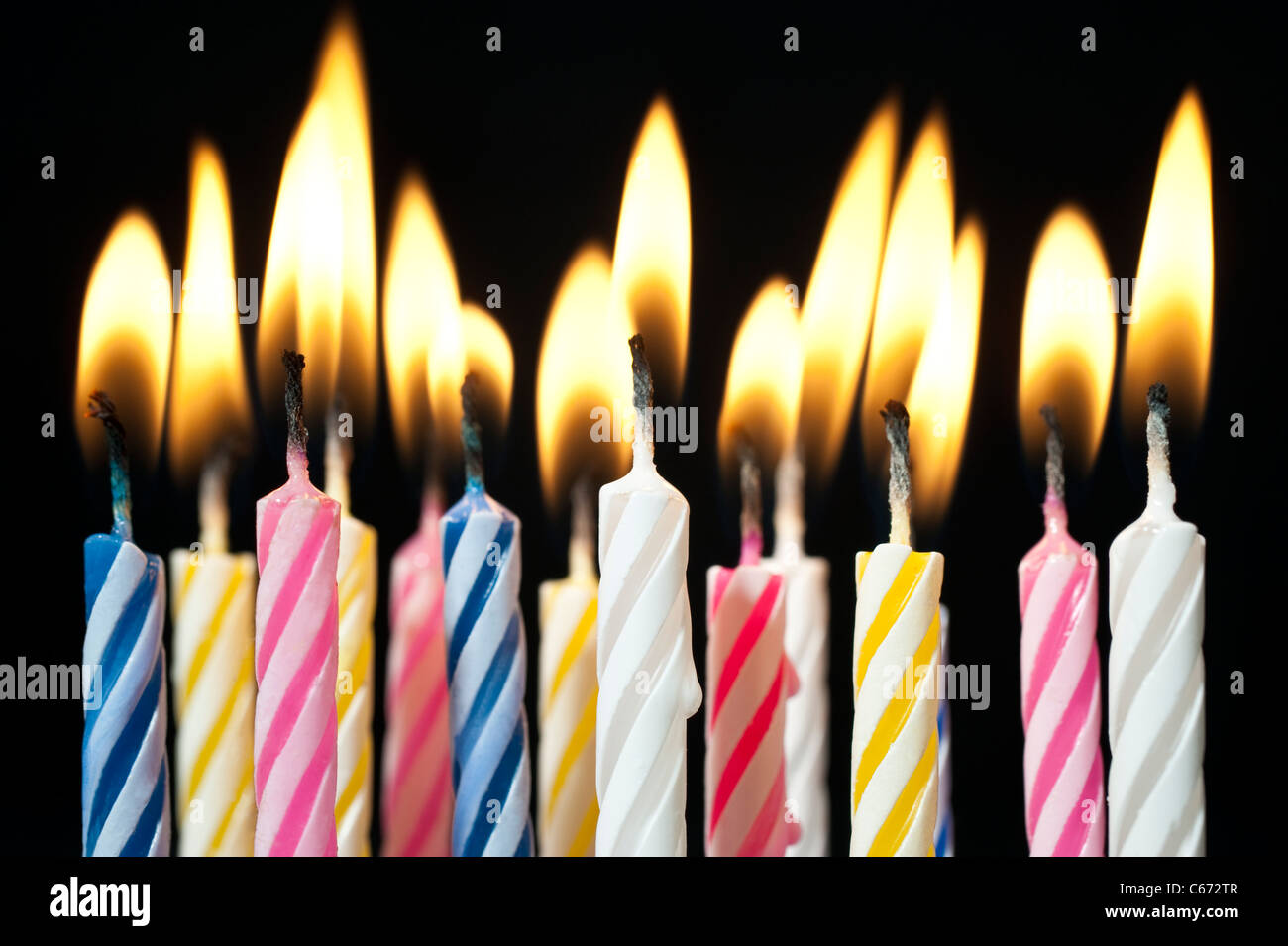 Surreales Bild Nahe Beleuchtet Mehrere Sussigkeiten Farbigen Geburtstagskerzen Stockbild
