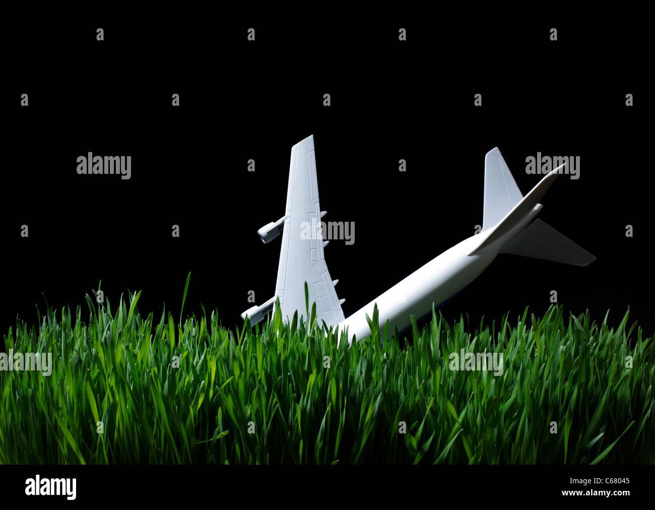 Spielzeugflugzeug Gras in der Nacht Stockbild