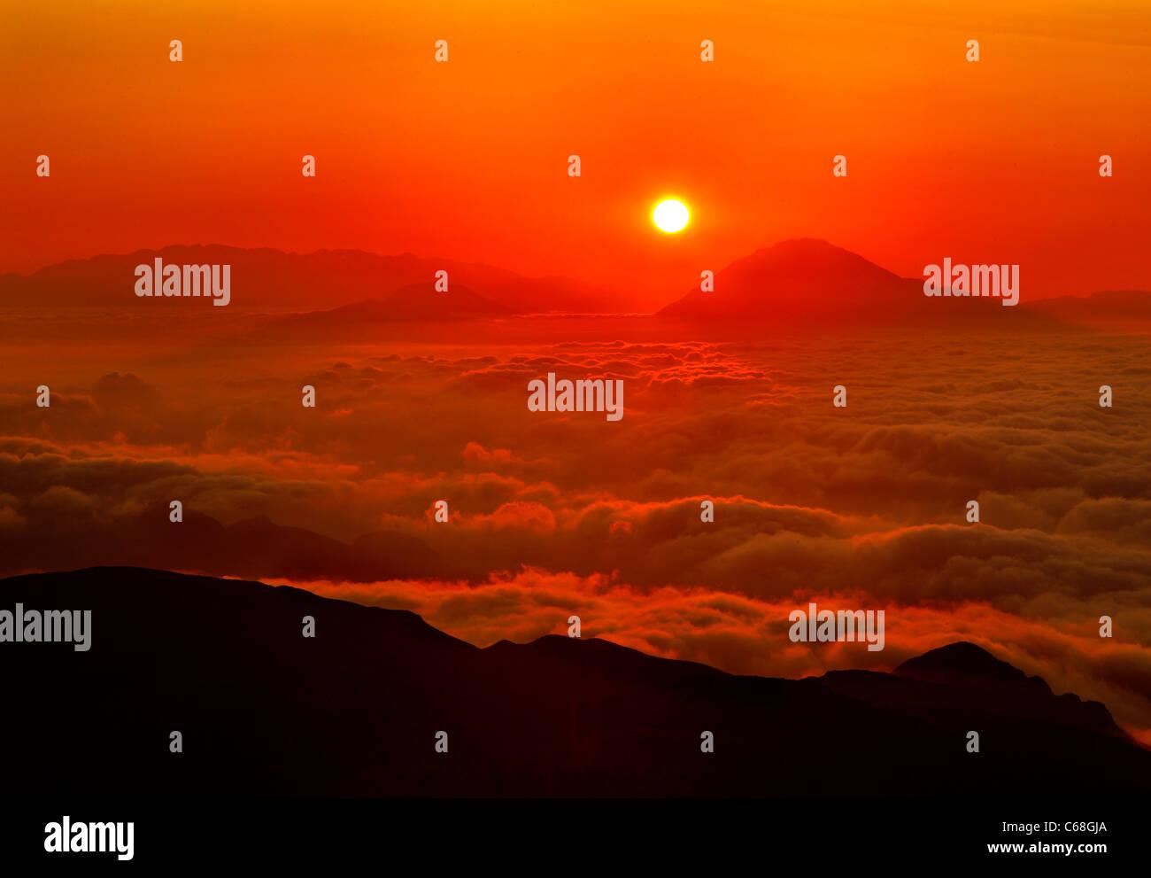 Sonnenuntergang über einem Meer der Wolken. Foto vom Mount Kofina das höchste Berg des Asterousia Gebirge, Stockbild