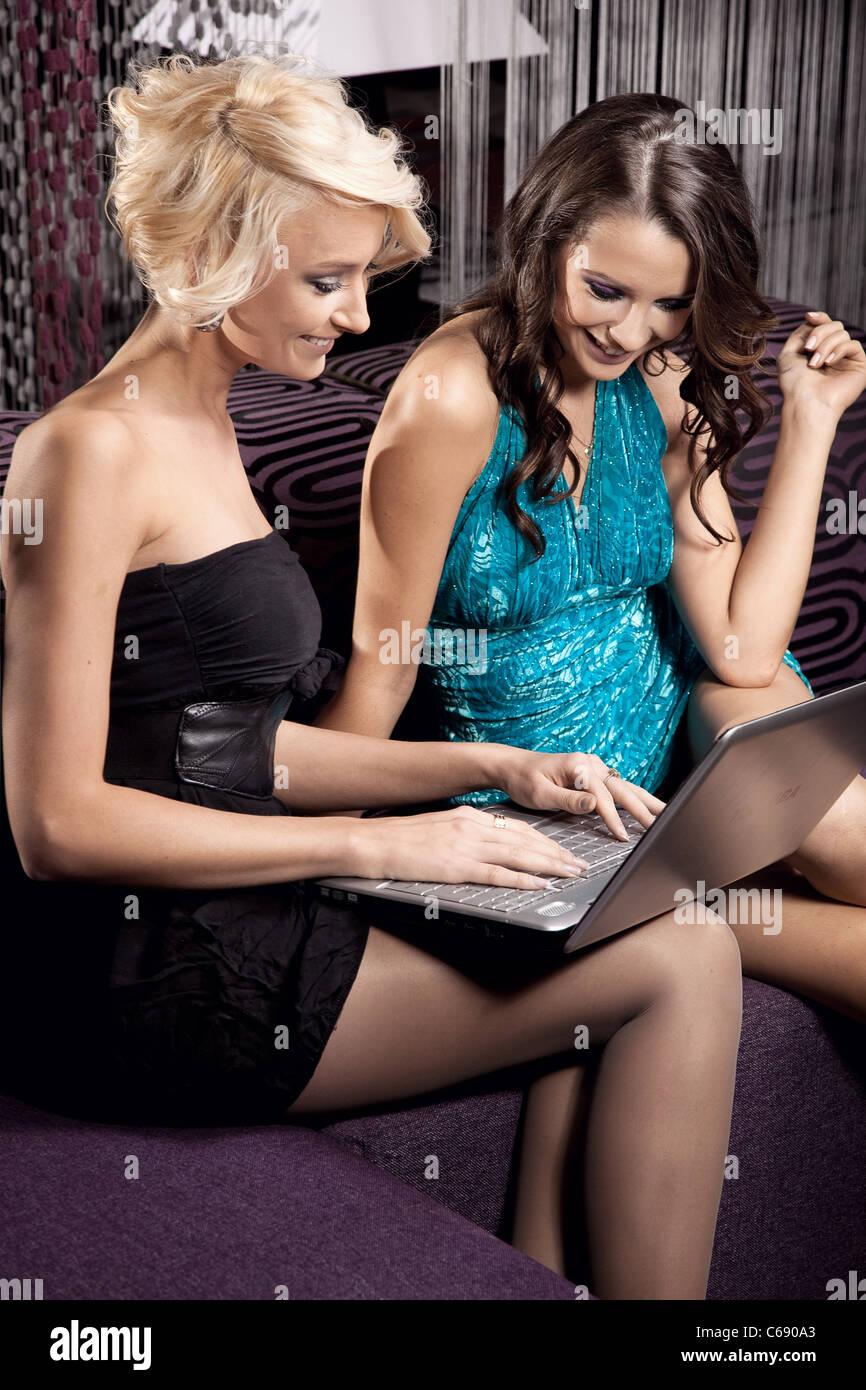Zwei hübsche Mädchen Spaß zusammen Stockbild