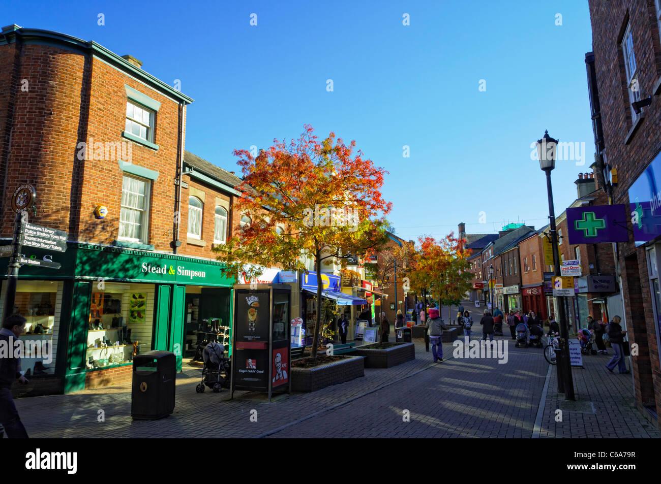 Hauptstraße in einer typischen englischen Kleinstadt Fußgängerzone, mit typischen Geschäften. Stockbild