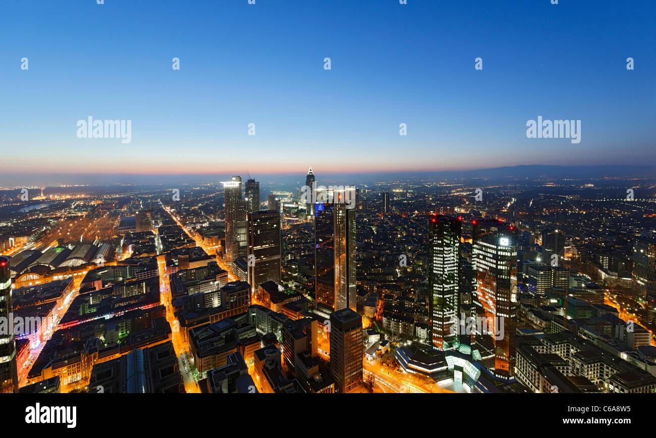 Blick vom Main Tower in Frankfurt Am Main bei Nacht, bunte Lichter Beleuchtung Frankfurt Am Main, Deutschland Stockfoto