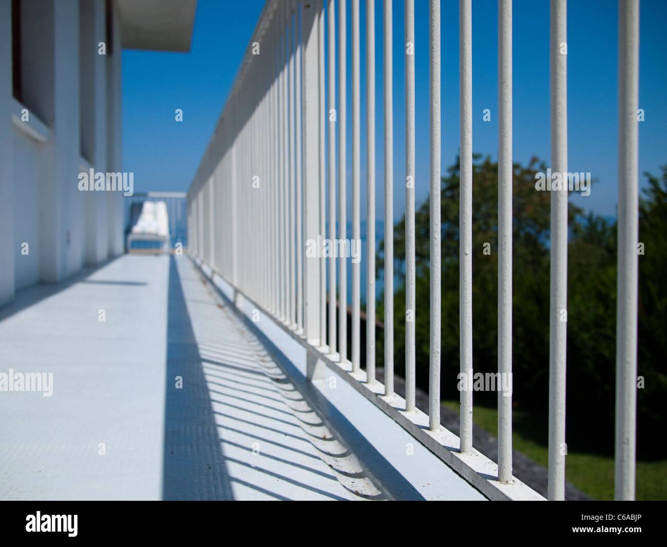 Weißen Balkon und Stuhl Stockbild