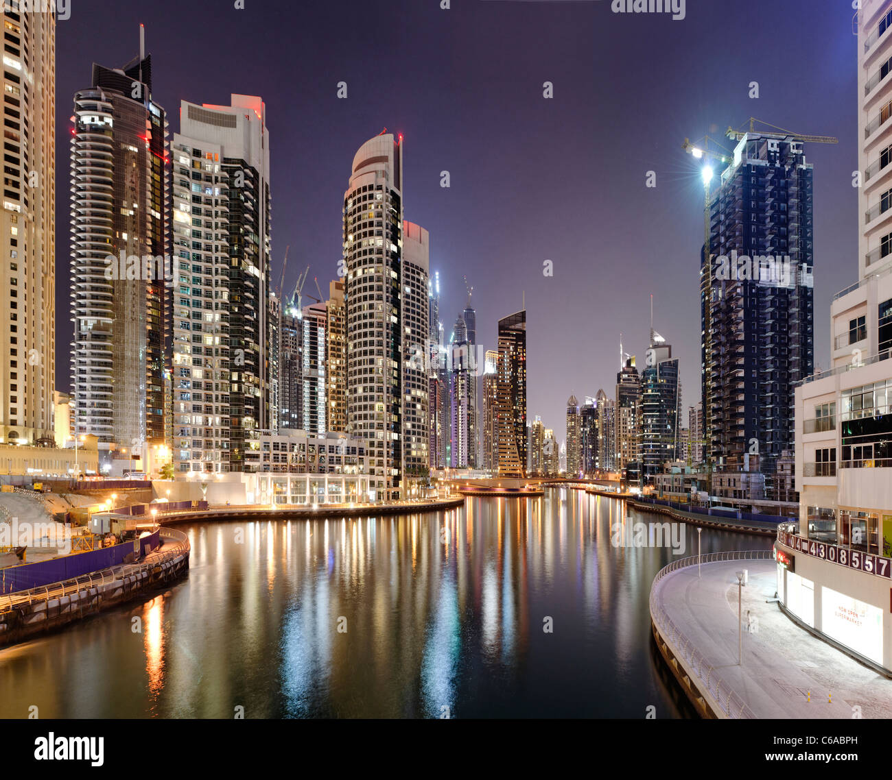 Spektakuläre Skyline bei Nacht, Dubai Marina, Dubai, Vereinigte Arabische Emirate, Naher Osten Stockbild