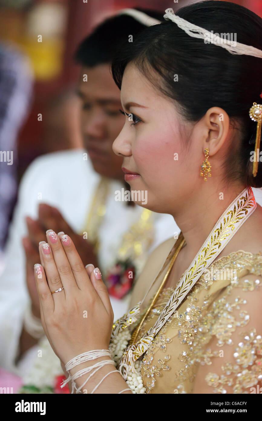 Thai Braut Und Ehemann Beten Wahrend Traditionelle