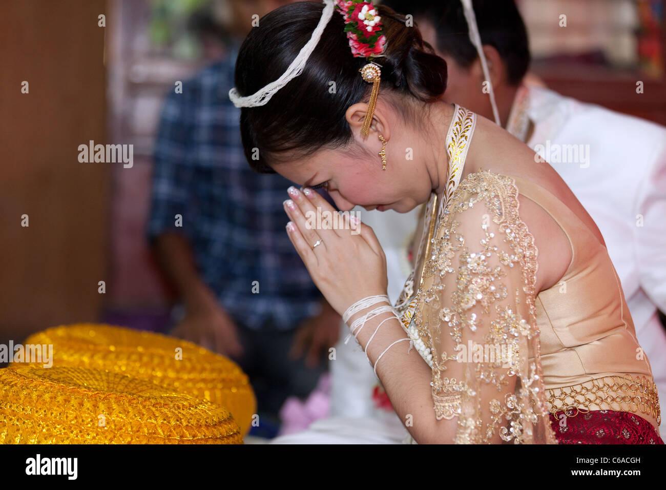 Thai Braut Beten Wahrend Traditionelle Hochzeitszeremonie Uttaradit