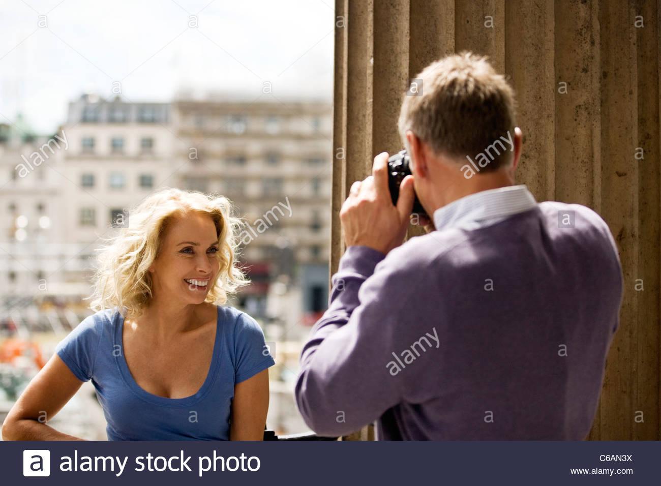 Ein Mann mittleren Alters mit dem Fotografieren von seinem Partner von Trafalgar Square Stockbild