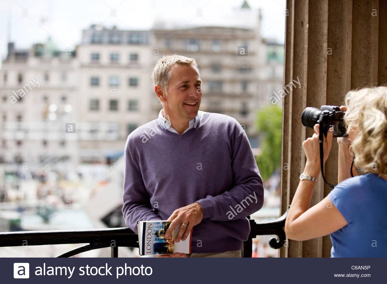 Eine Frau mittleren Alters, ein Foto ihres Partners von Trafalgar Square Stockbild