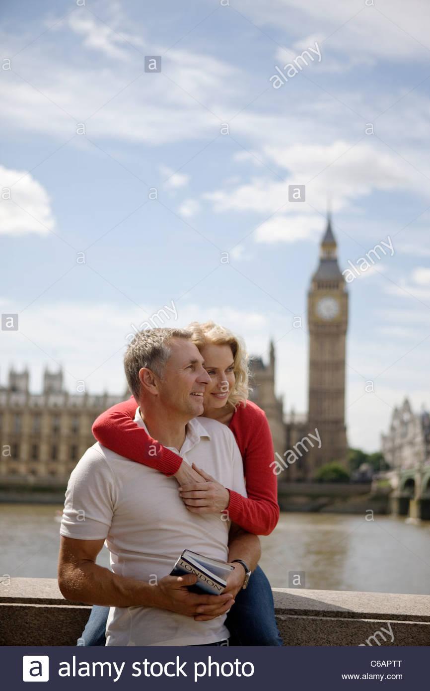 Ein paar mittleren Alters vor den Houses of Parliament, hält einen Reiseführer Stockbild