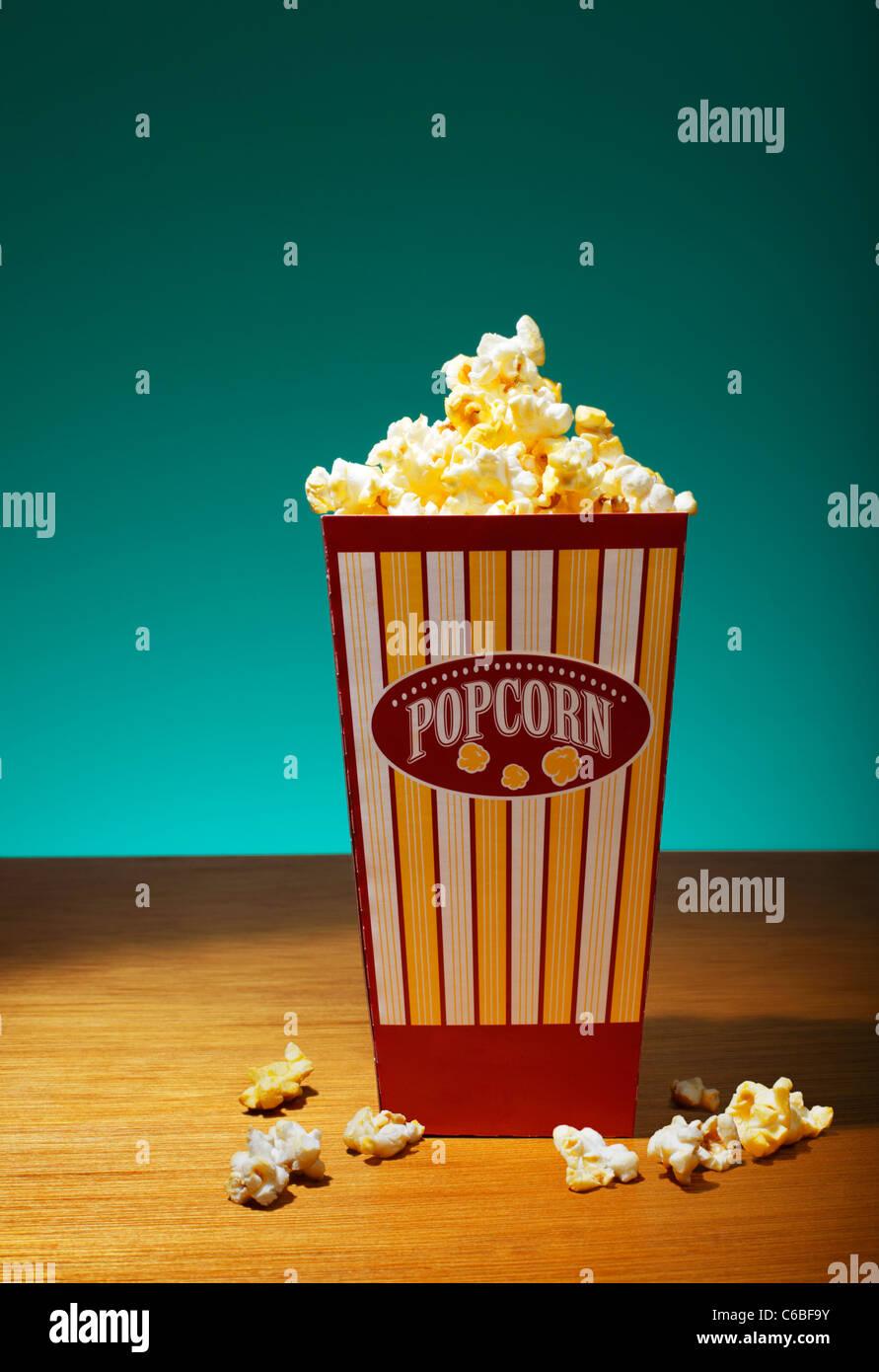 Popcorn im Container auf Tisch Stockbild