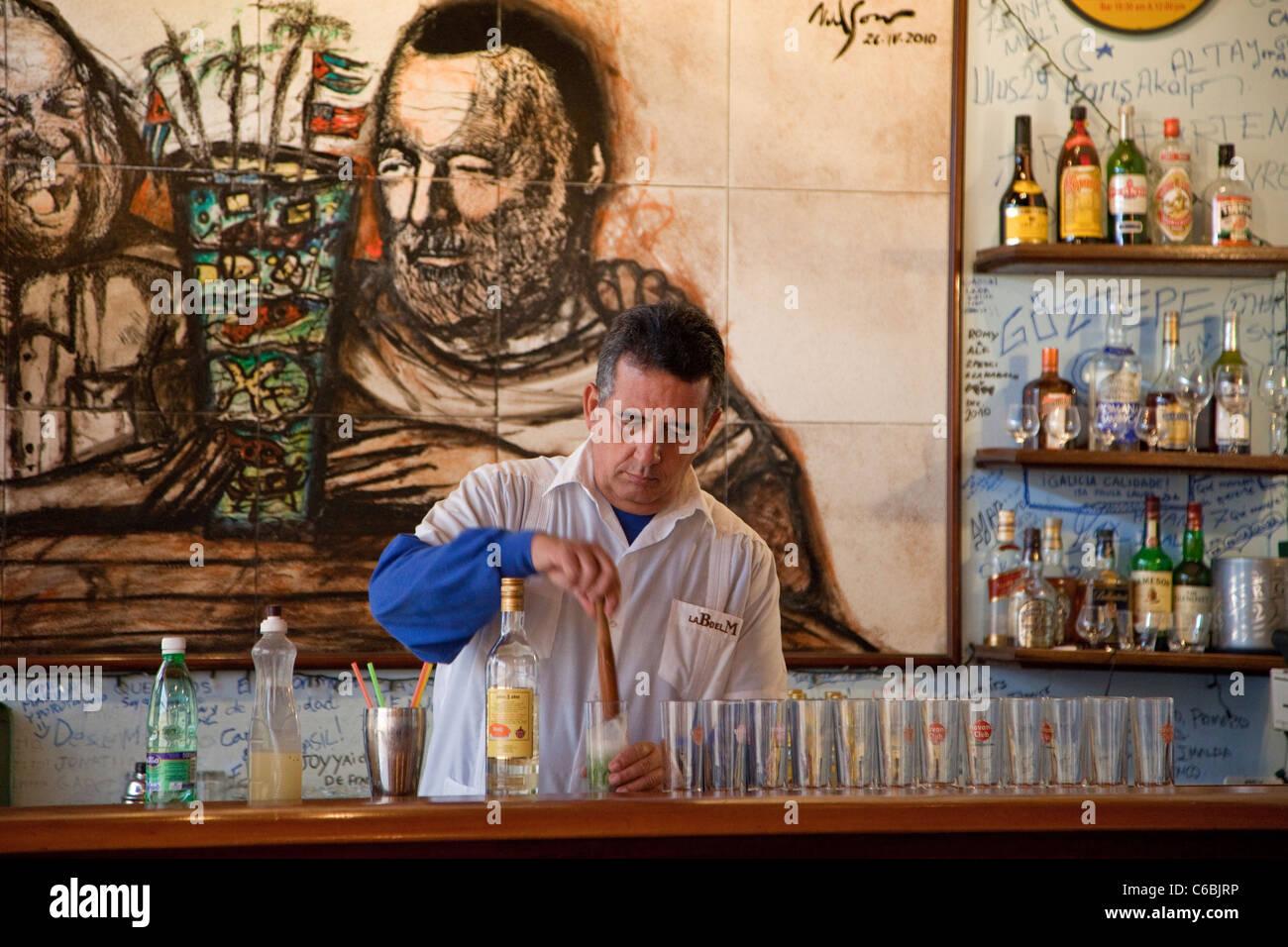 Kuba, Havanna. La Bodeguita del Medio. Barkeeper bei der Arbeit. Stockbild