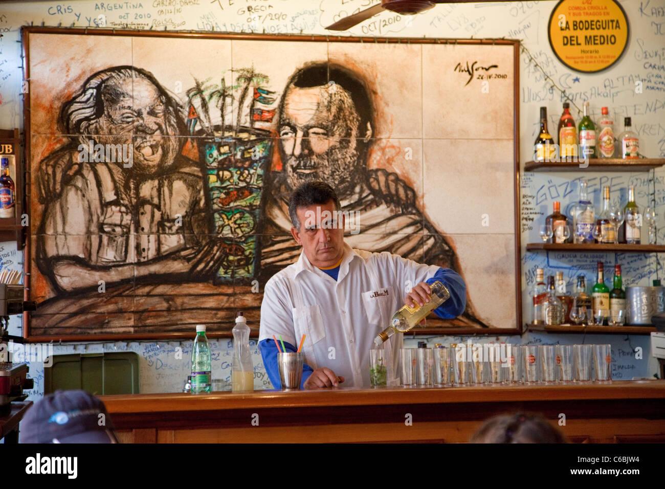 Kuba, Havanna. La Bodeguita del Medio. Barkeeper bei der Arbeit, Mojitos mischen. Stockbild