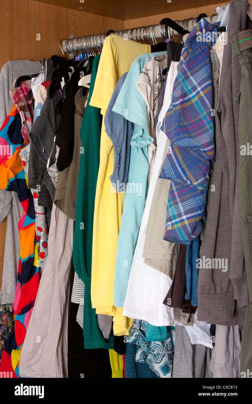 viele kleider aufhängen chaotisch gewissermaßen in einem