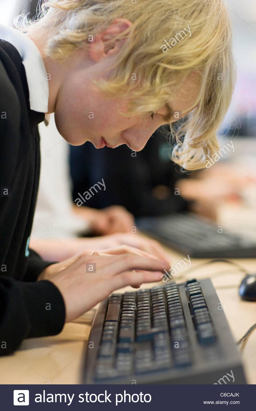 Nahaufnahme eines jungen auf der Computertastatur tippen Stockbild