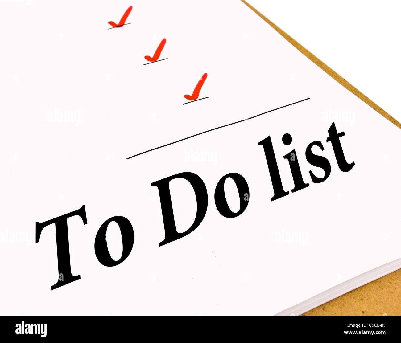 To Do-Liste mit einem Häkchen markiert, isoliert auf weiss Stockbild