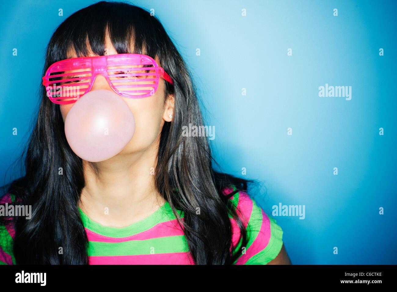 Gemischte Rassen Frau Seifenblase mit Kaugummi Stockfoto