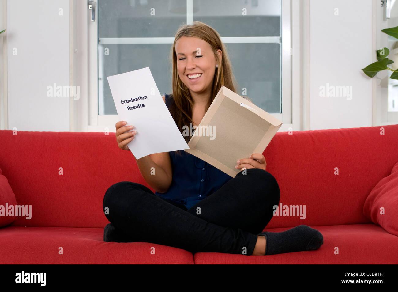 Junge Frau mit Prüfungsergebnissen Stockbild