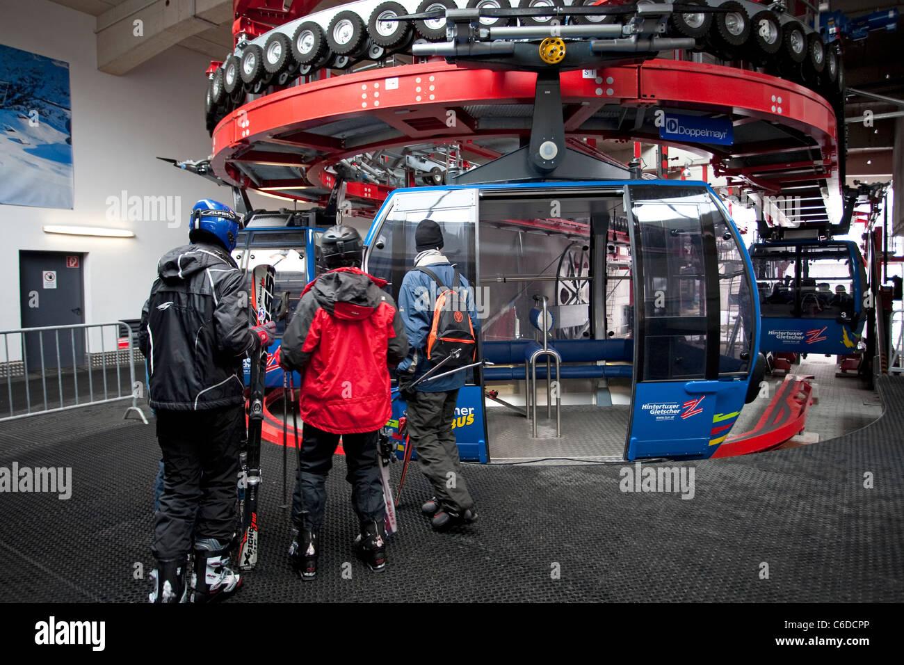 Gletscherbus, Einstieg Zum Hintertuxer Gletscher, 3250 Meter Seilbahn zum Hintertuxer Gletscher, 3250 Meter Stockbild
