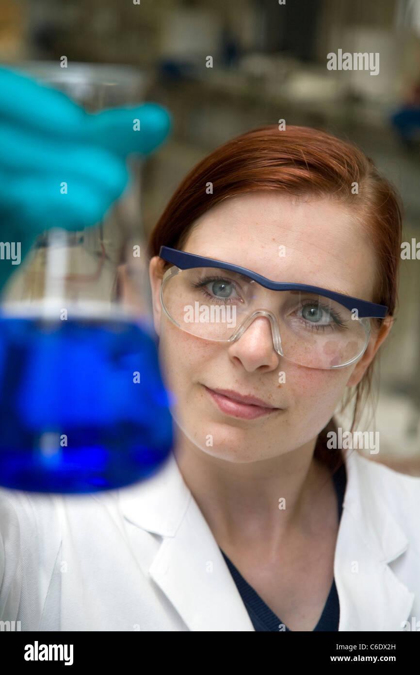 Chemie-Laborantin, Mülheim ein der Ruhr, Deutschland Stockbild